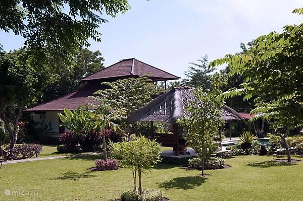 Huis met Gazebo vanuit de tuin