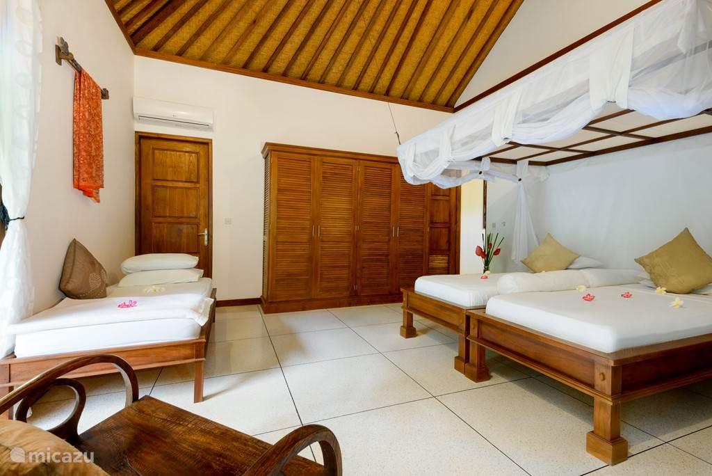 Slaapkamer met 3 eenpersoons bedden