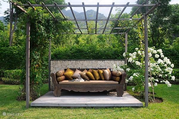 Relaxing area in de tuin