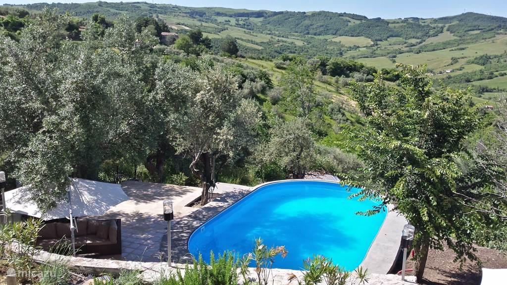 kijkend over het zwembad en terras naar de vallei
