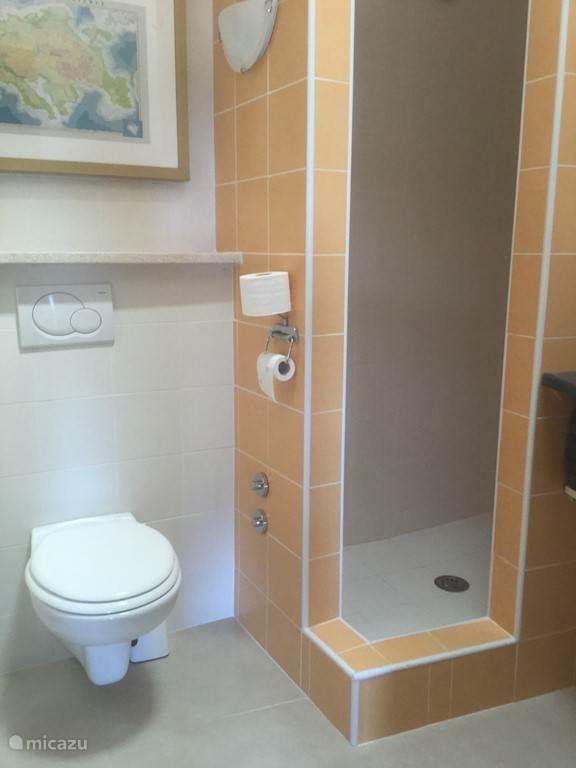 toilet- en doucheruimte op 2e verdieping