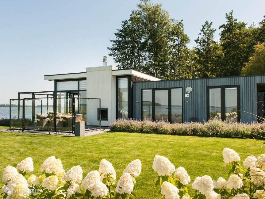 Prachtig gelegen bungalow met privé strand