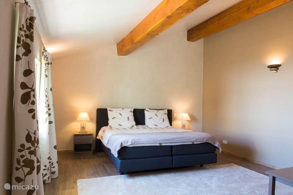 Slaapkamer met groot box -springbed