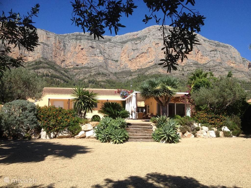 Villa  met de Montgo erachter.