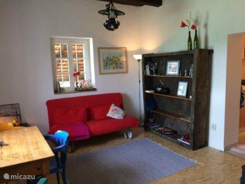 Knusse woonkamer met kast van oude druivenpers