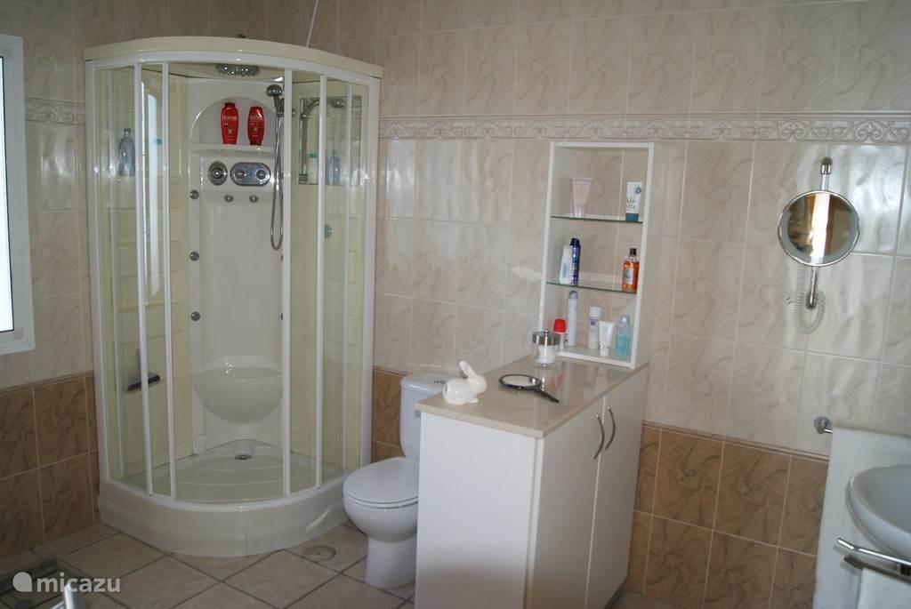 een kijkje naar de andere kant in de badkamer