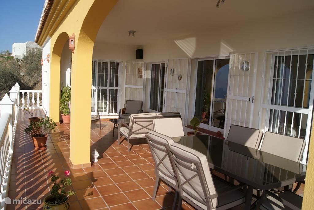 het terras met bankstel en eetkamertafel met 6 stoelen