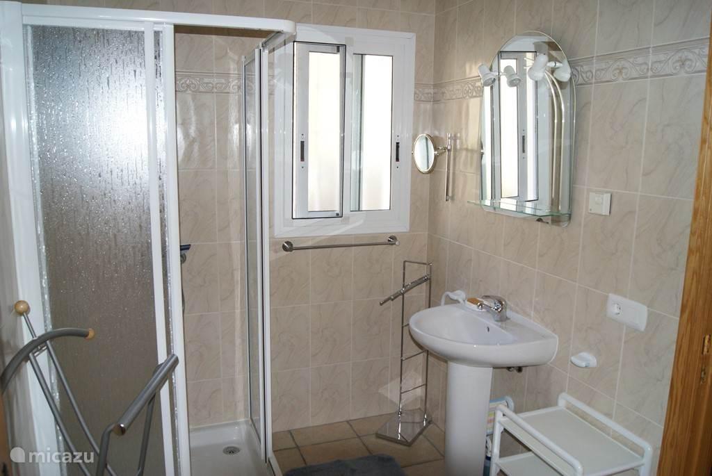 de badkamer van de blauwe slaapkamer er is een apart toilet bij deze kamer