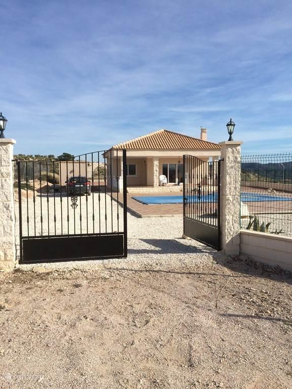 Het huis is omheind met een hek en toegangspoort. Ideaal voor kinderen en honden.
