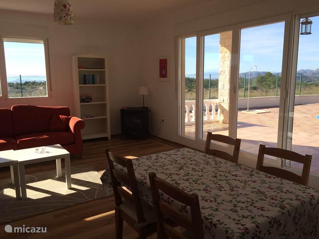 In de woonkamer zit je lekker zacht op de 3 persoons bank of fauteuil. Ook is er een gezellige houthaard.