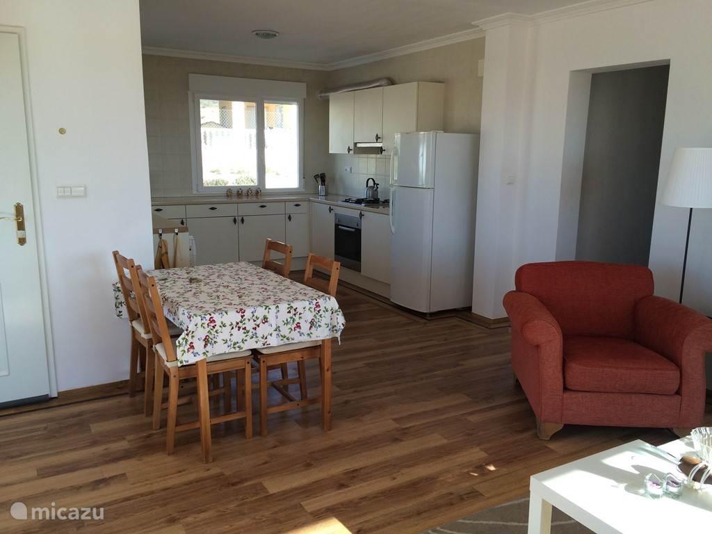 Eettafel en open keuken. Ook zie je hier de doorgang naar de slaapkamers en badkamers.