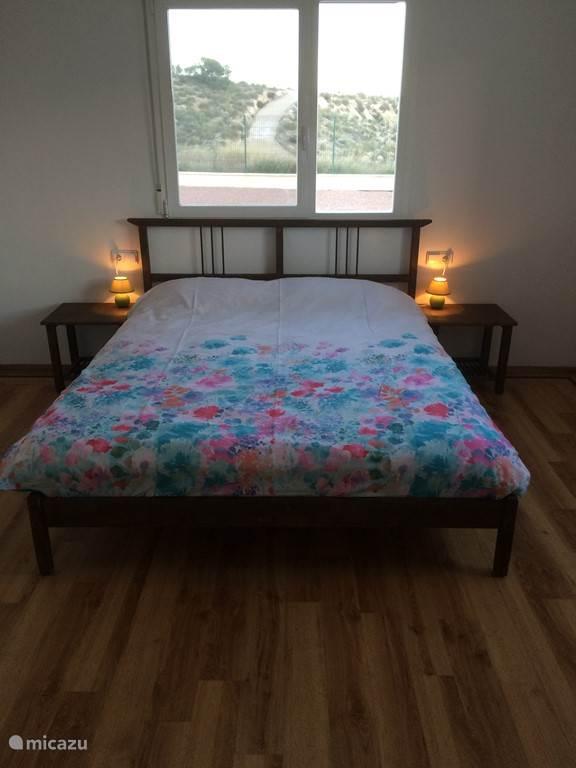 Slaapkamer met lekker zacht bed 160 x 200 cm. Prachtig uitzicht rondom. Ensuite badkamer met doche, toilet en wastafel. Grote kledingkast aanwezig met hang en liggedeelte.