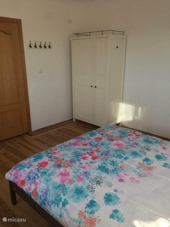 In de slaapkamers staan kasten met hang en leggedeelte.