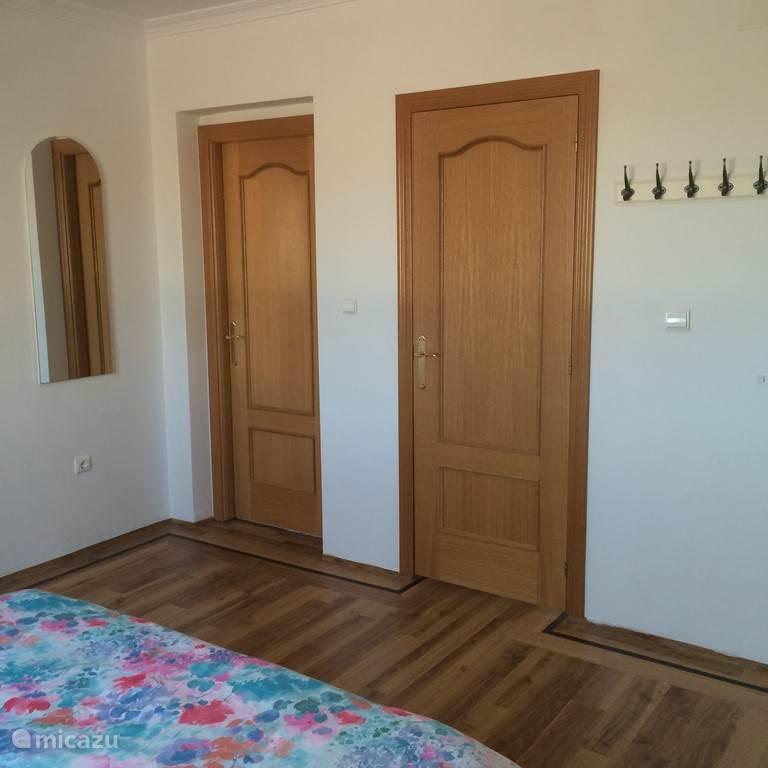 Vanuit de slaapkamer heb je toegang tot je eigen badkamer.