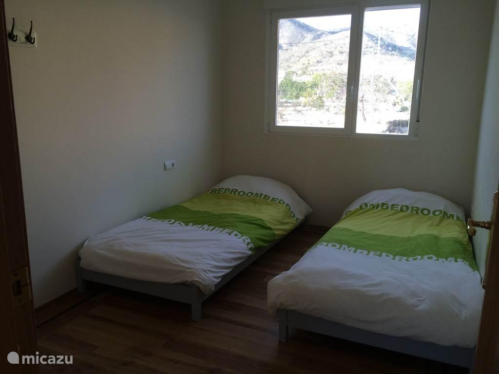 Deze fijne lichte kamer heeft 2 1-persoons bedden 90 x 200