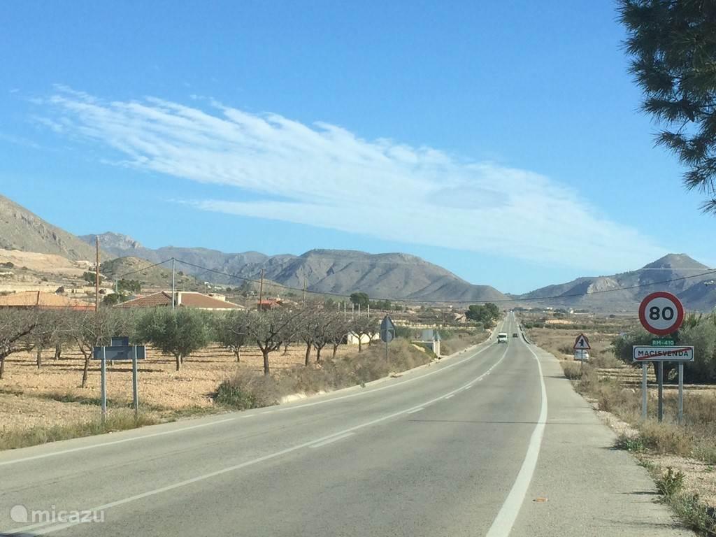 De weg van en naar het dorp Macisvenda
