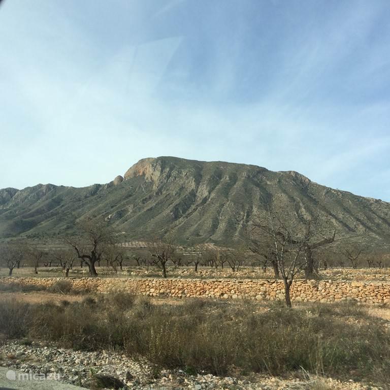 Prachtige bergen opweg naar het dorp