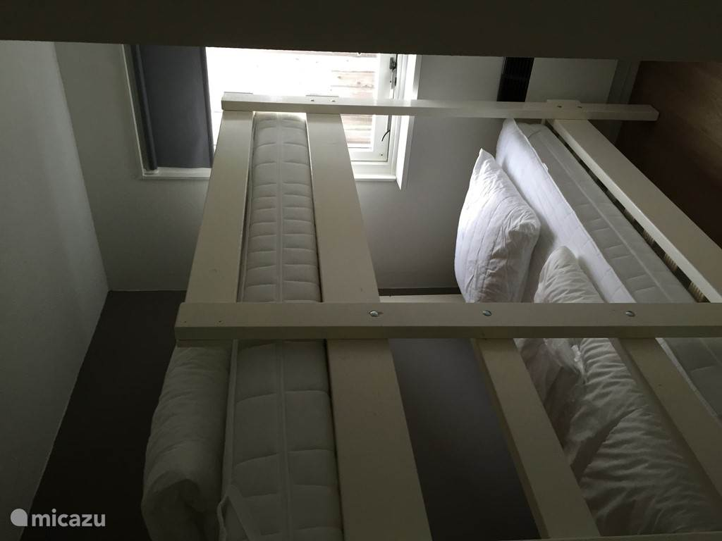 In de kinderslaapkamer staan een stapelbed en een los bed