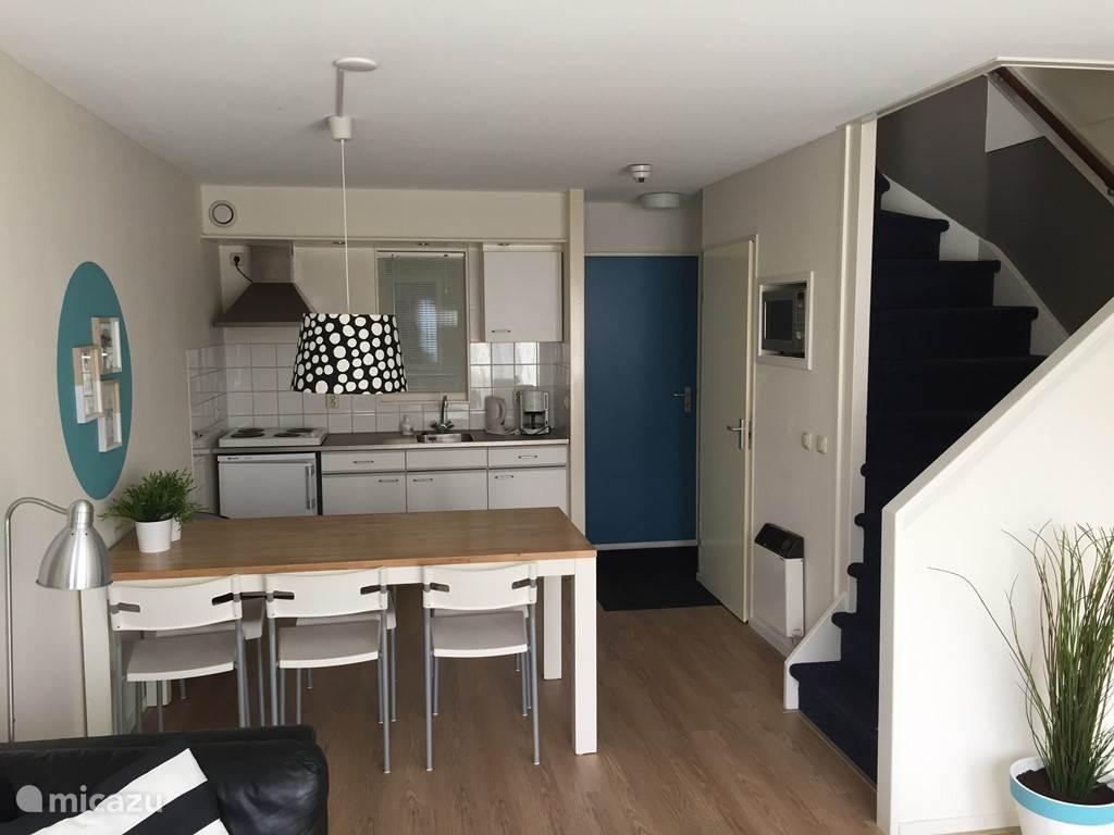 Het appartement is onlangs volledig verbouwd en opnieuw ingericht. Dit is de woonkamer.
