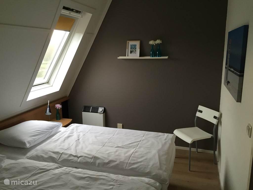 De ouderslaapkamer beschikt over twee bedden en genoeg kastruimte