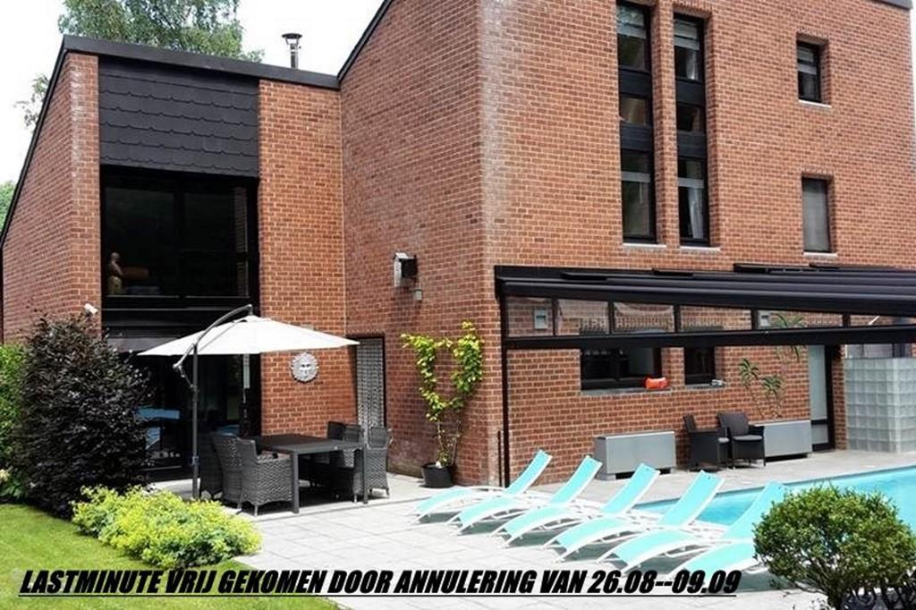 Wellness villa met overdekt en verwarmd zwembad,IR cabine, zonnebank,5 min van het bos.  Bechikbaar 26.08--09.09.2017 nu 1000€ per week all in
