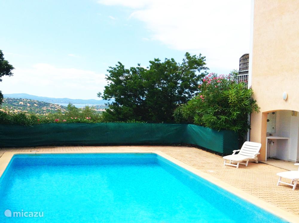 zwembad met ligstoelen is tien meter lang en 5 meter breed.