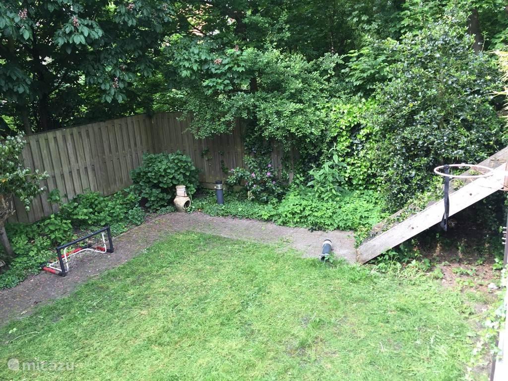 De tuin is net zo ruimtelijk als de villa van binnen