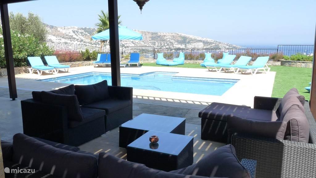 Uitzicht van onder het terras zwembad en baai