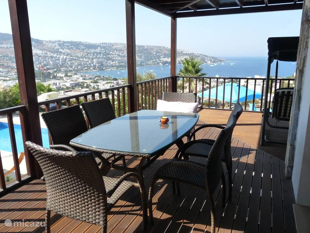 Uitzicht van op terras verdieping1 met tafel en stoelen