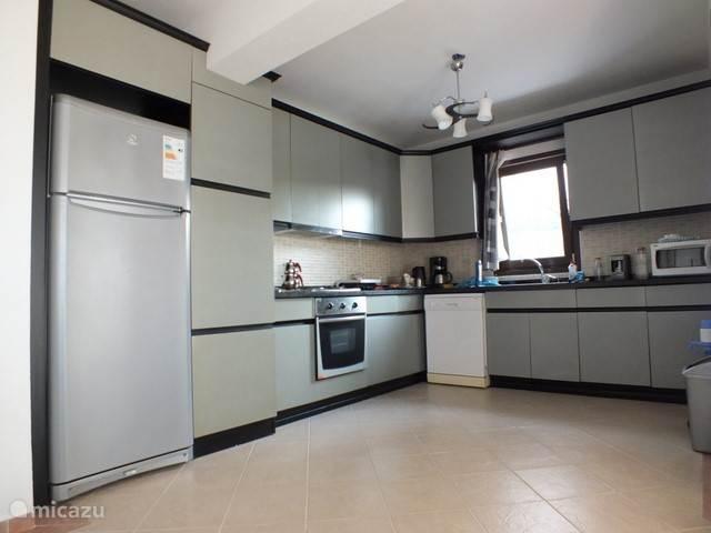 Aanzicht keuken met alle voorzieningen en huisraad