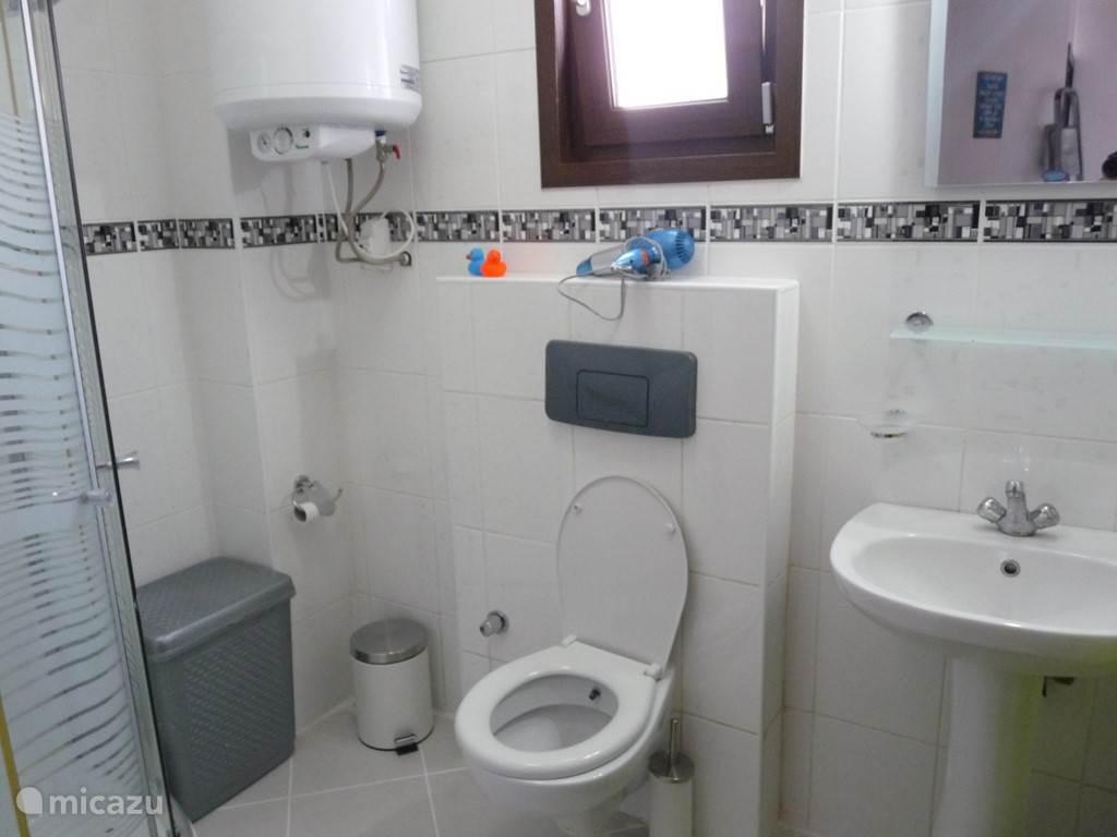 Badkamer op het gelijkvloers en op de 1 ste verdieping deze zijn bede uitgerust met douche-WC- wasbak