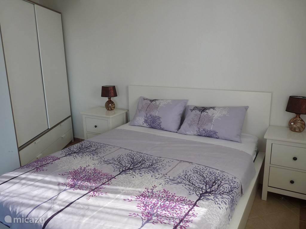 Slaapkamer 2 op de 1ste verdieping voorzien van dubbel bed en kledingopbergkasten