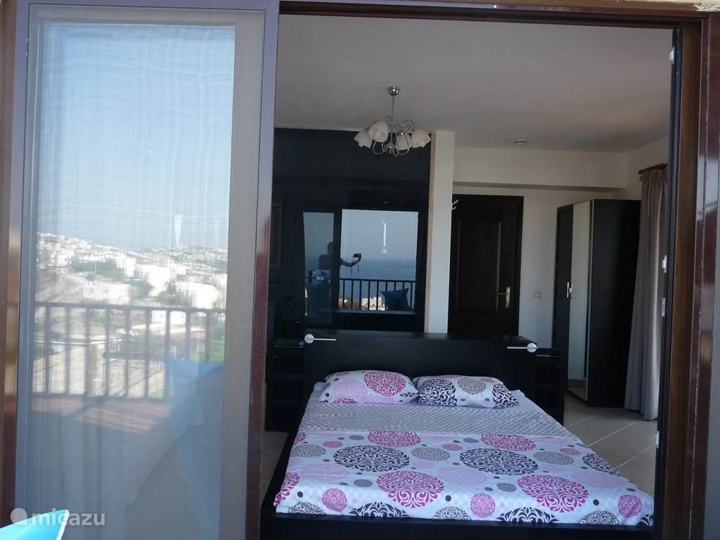Tevens is er een toegang tot het terras op de 1ste verdieping welk een uitzonderlijk uitzicht bied van in het bed