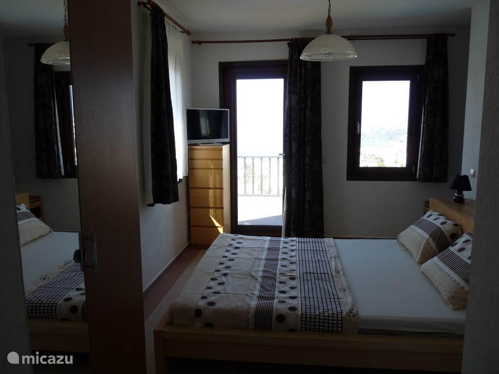 Masterslaapkamer  op het 2 de verdiep met badkamer uitgevend in de slaapkamer