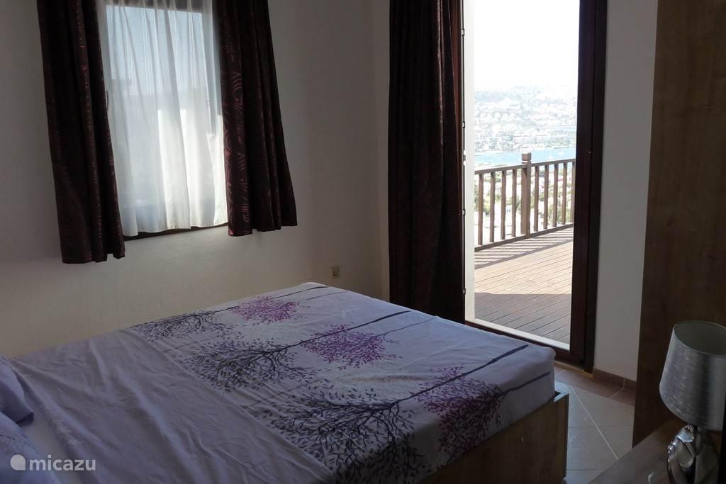 Slaapkamer 2 op het 2 de verdiep met rechtstreekse toegang naar het terras