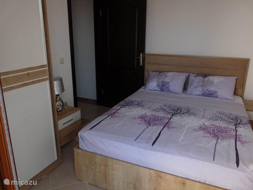 Deze slaapkamer 2 is voorzien van een dubbel bed en kledingkasten