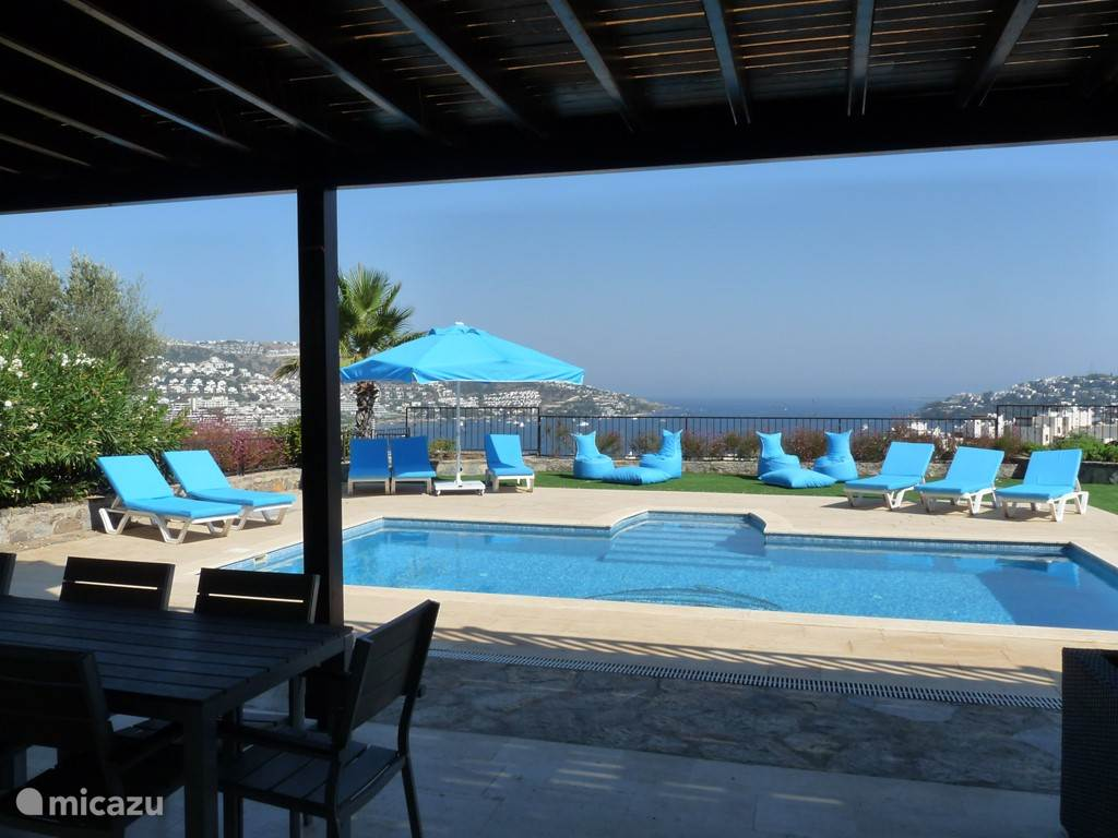 Uitzicht  over zwembad en baai