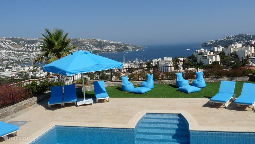 Uitzicht over zwembad en baai vanop verdieping 1