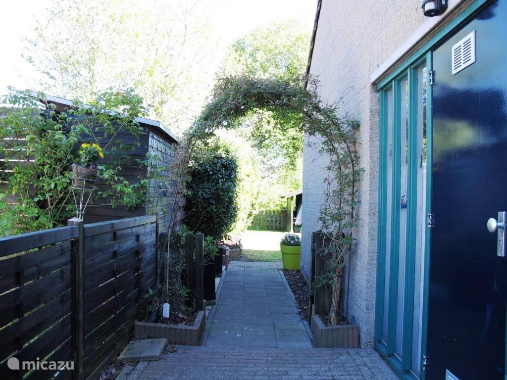 voordeur met pad naar de tuin