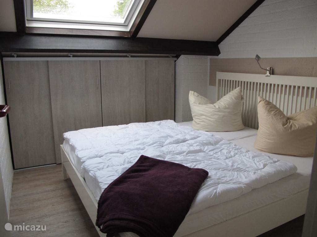 Grote slaapkamer met 2 persoonsbed