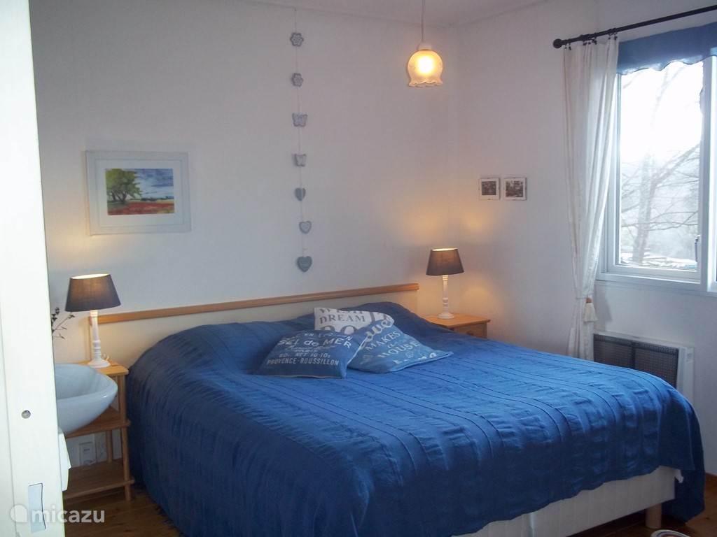 Grote slaapkamer met 2 persoonsbed.