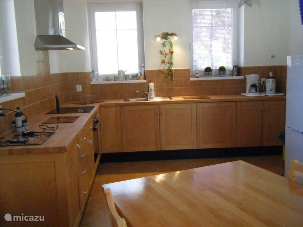 Open keuken met keramisch kookplaat, koel vriezer, oven afzuigkap,vaatwasser,waterkoker en nog meer