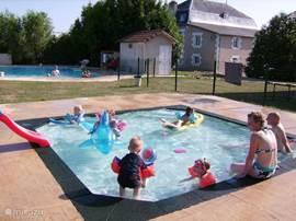 Kinderzwembad en zwembad.Met zicht op de achterzijde van het herenhuis.