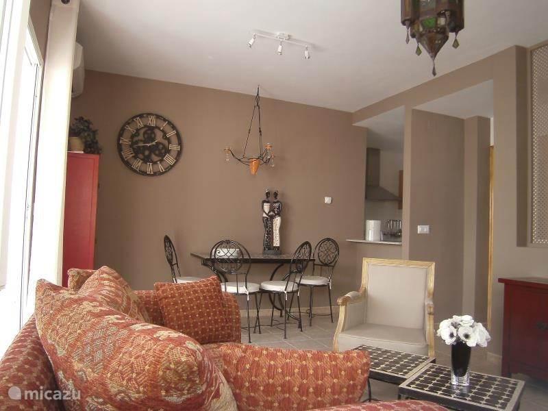 woonkamer met praktische verbinding met keuken