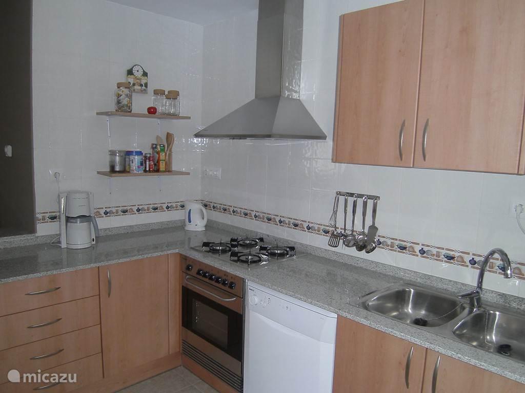 Praktische keuken met vaatwasmachine, wasmachine, koelkast met diepvries, magnetron en alles wat u nodig hebt