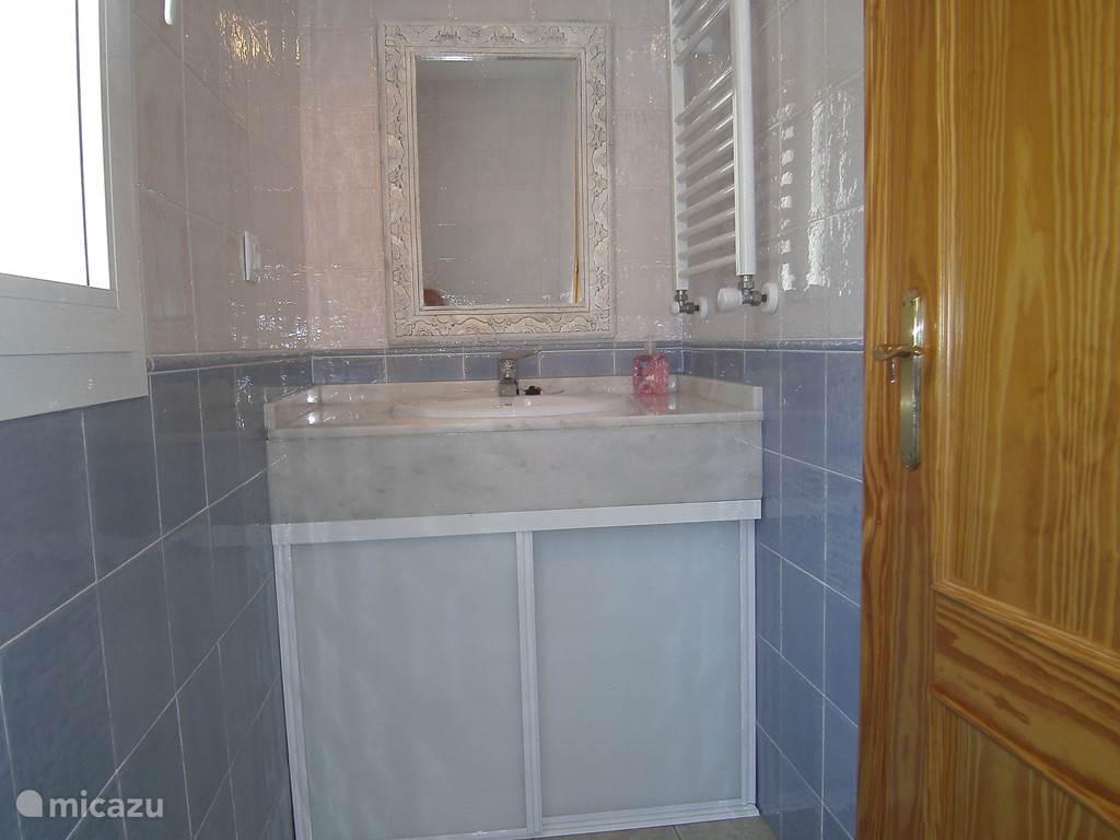 toilet met wastafel en kastruimte