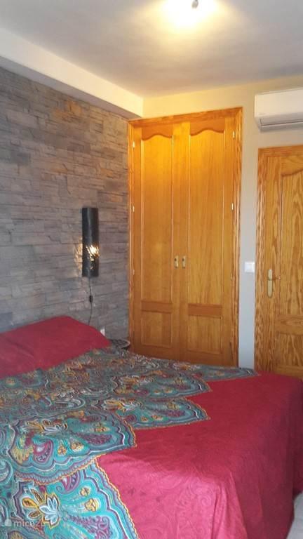 tweepersoons slaapkamer met elektrisch verstelbare bedden en aansluitend terras