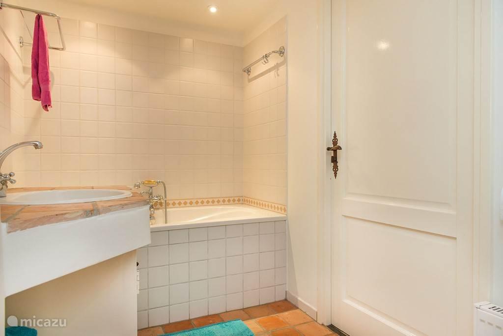 2 badkamers met wc en een separaat toilet,