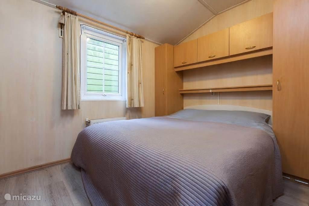 Slaapkamer voorzien van een 2 persoons boxspring.