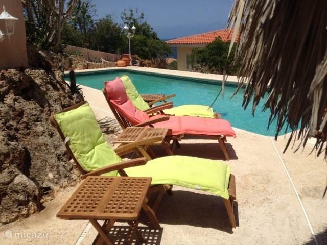 deckchairs bij de Pool